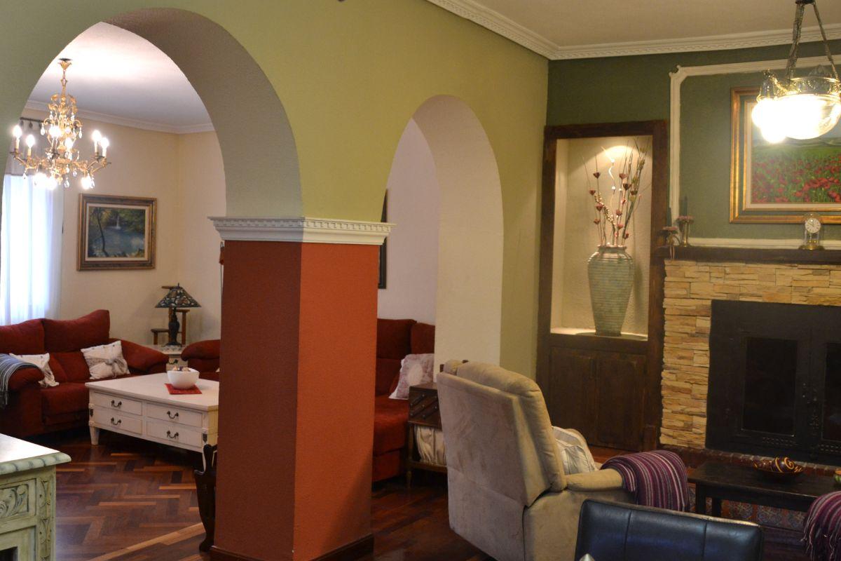 Salón con chimenea casa rural Belascoáin